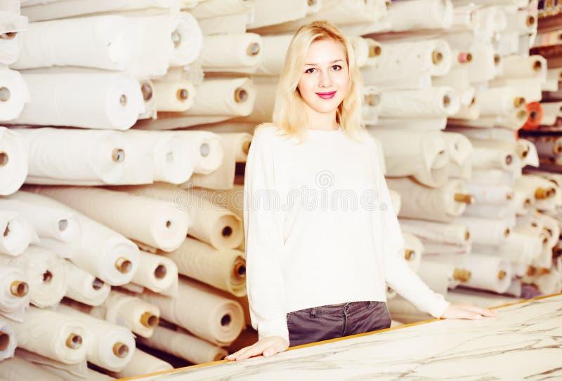 Ayudante de tienda femenino que demuestra el surtido foto de archivo