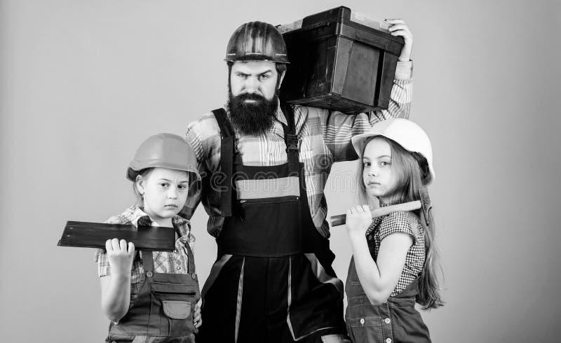 ayudante del trabajador de construcci?n Constructor o carpintero Reparador en uniforme capataz E foto de archivo
