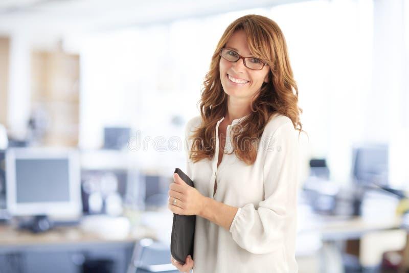 Ayudante financiero sonriente en la oficina imagen de archivo