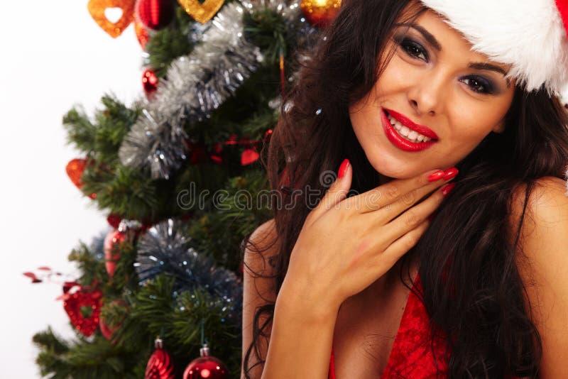 Ayudante hermoso de santa - al lado del árbol de navidad imagen de archivo libre de regalías