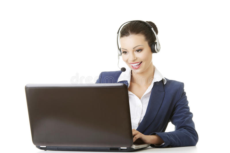 Ayudante joven hermoso del llamada-centro en el escritorio imagen de archivo libre de regalías