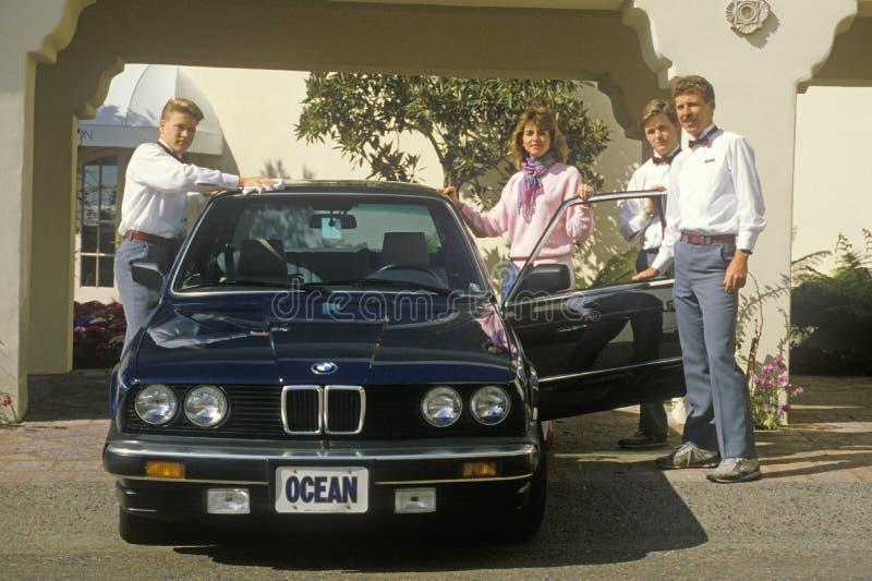 Ayudantes de cámara en Ritz Carlton Hotel en Laguna Beach, California fotos de archivo