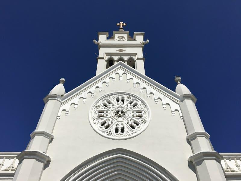 Ayudas blancas de la iglesia con los azules foto de archivo libre de regalías
