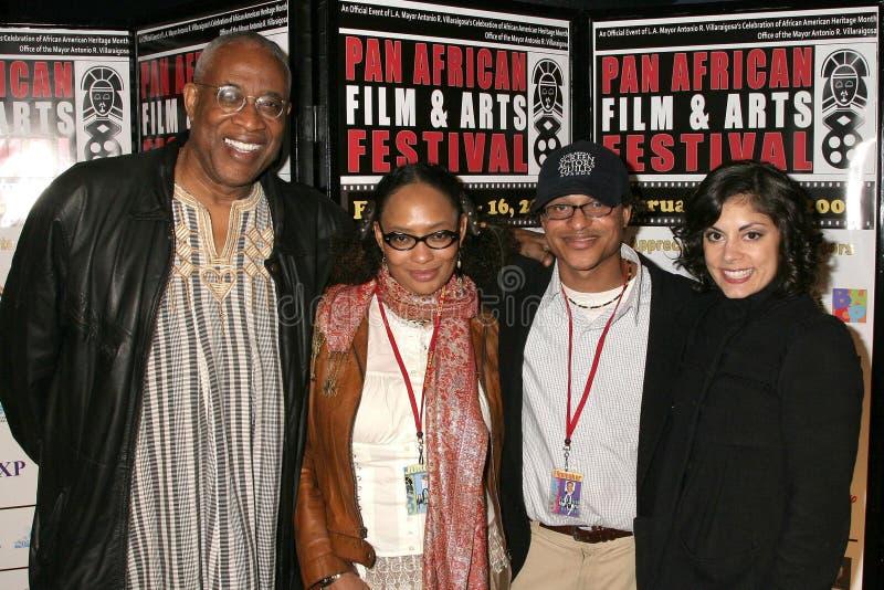 Ayuko Babu en Tamika Lamison met Clinton H. Wallace en Ursula Taherian bij de Pan Afrikaanse Première van het Festival van de Film royalty-vrije stock fotografie