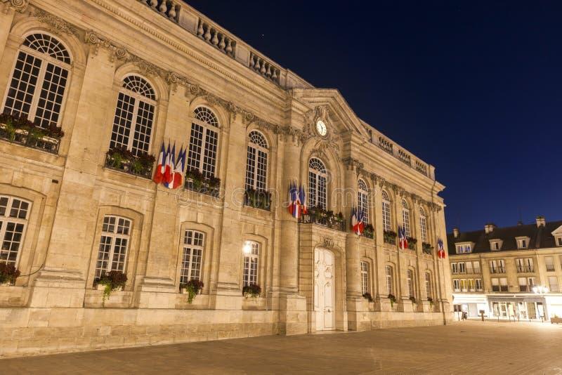 Ayuntamiento Beauvais en la noche fotografía de archivo libre de regalías
