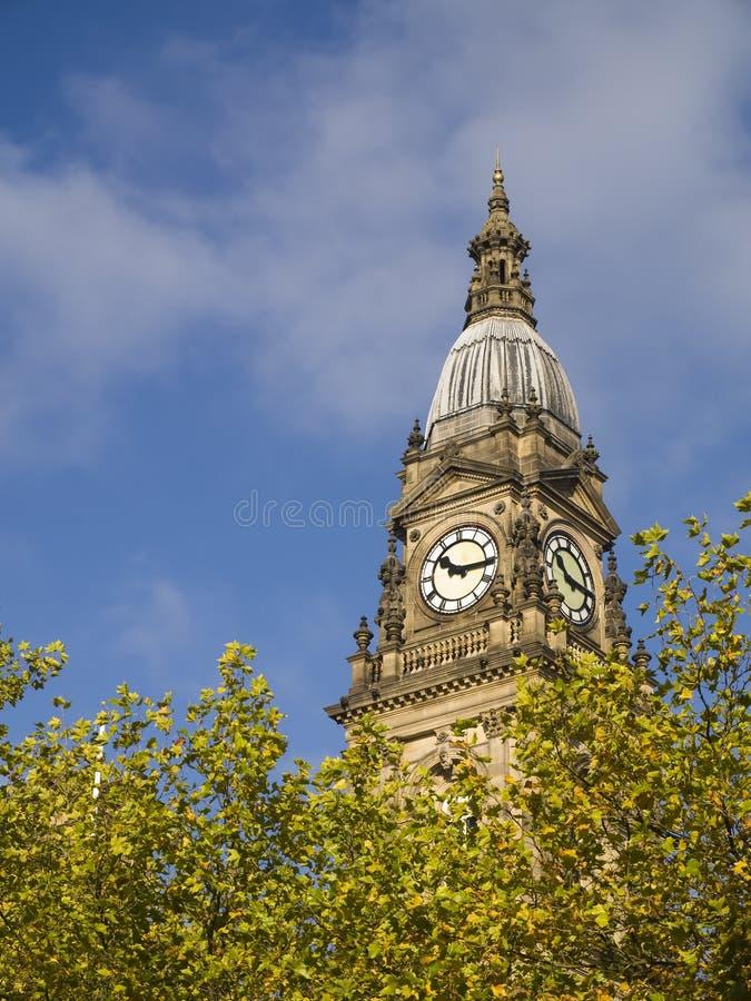 Ayuntamiento Bolton sobre árboles frondosos imagenes de archivo
