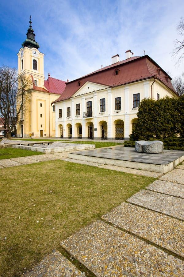 ayuntamiento con el museo, Brezno, Eslovaquia fotos de archivo