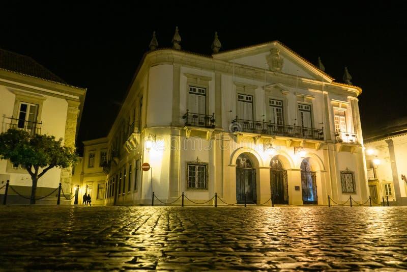 Ayuntamiento de Faro Portugal en la noche fotografía de archivo