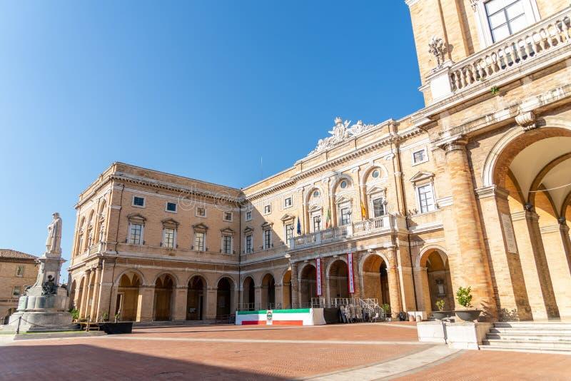 Ayuntamiento de la plaza Giacomo Leopardi con el monumento dedicado al poeta, Recanati Town, Italia fotografía de archivo libre de regalías