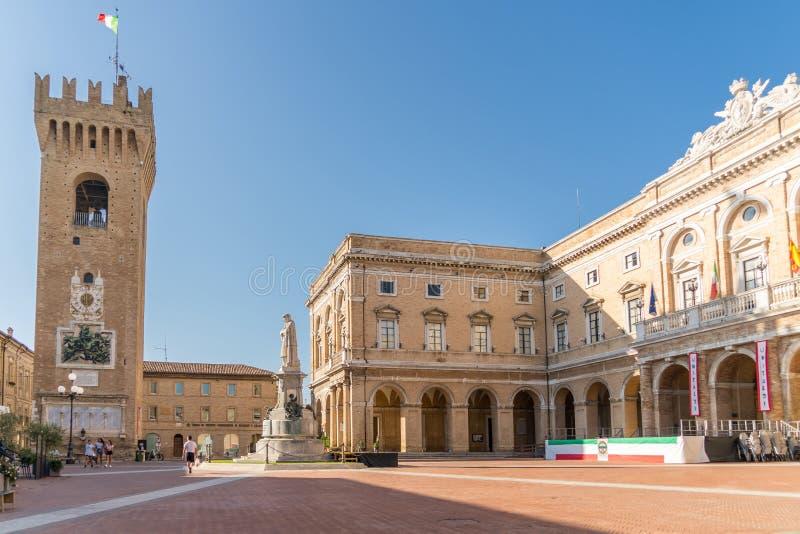 Ayuntamiento de la plaza Giacomo Leopardi con el monumento dedicado al poeta, Recanati Town, Italia fotografía de archivo