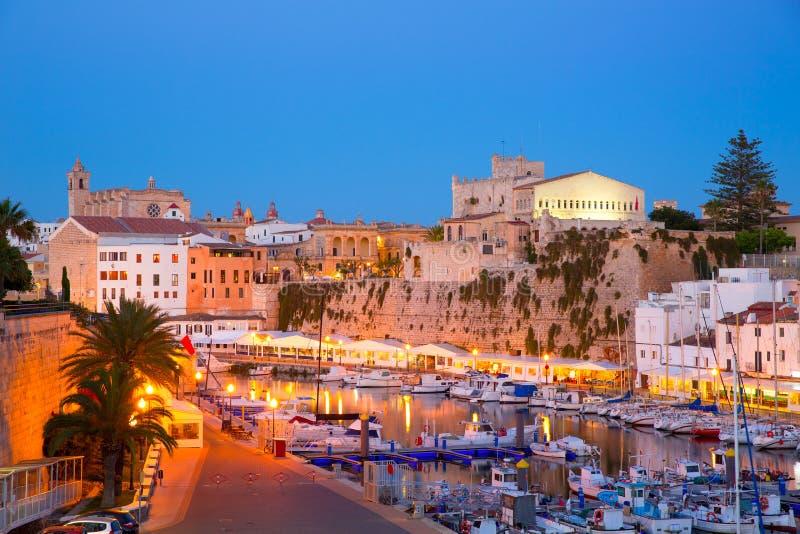 Ayuntamiento de la puesta del sol del puerto del puerto deportivo de Ciutadella Menorca y catedral foto de archivo libre de regalías