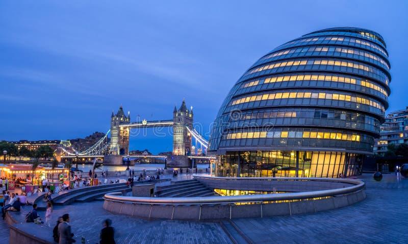 Ayuntamiento de Londres y puente de la torre imágenes de archivo libres de regalías