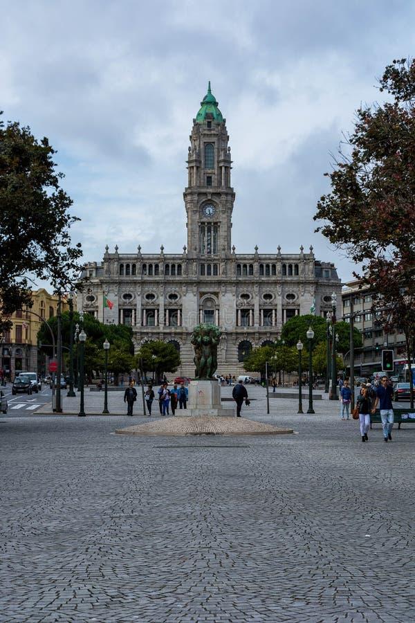 Ayuntamiento de Oporto con la estatua y los árboles fotografía de archivo