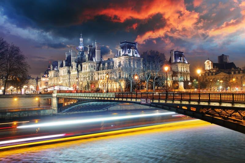 Ayuntamiento de París en la noche - Hotel de Ville imagen de archivo libre de regalías