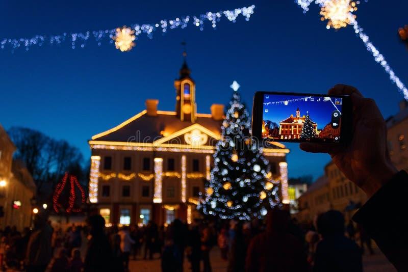 Ayuntamiento de Tartu en la decoración y el árbol de navidad del ` s del Año Nuevo imagen de archivo libre de regalías