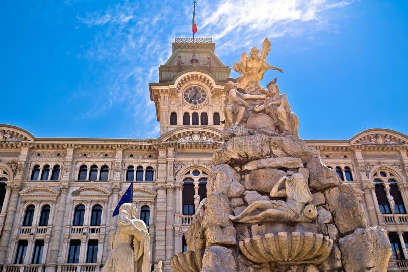 Ayuntamiento de Trieste en la opinión del cuadrado de la UNITA d Italia de la plaza fotos de archivo