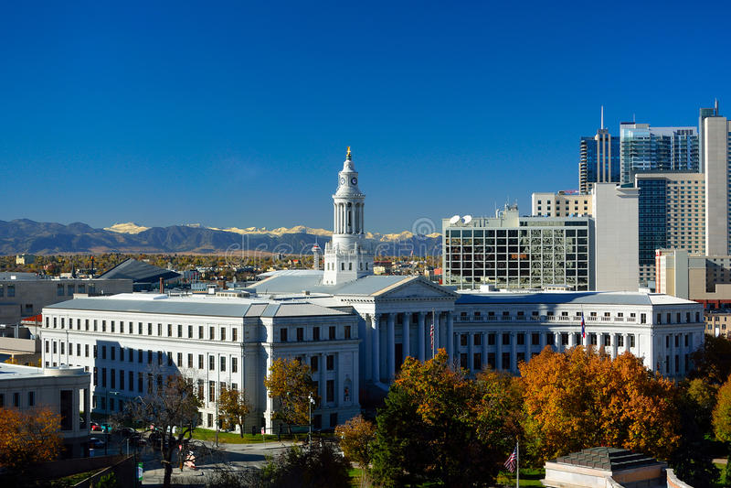 Ayuntamiento Denver, Colorado con las hojas coloridas de la caída y el rocho foto de archivo libre de regalías