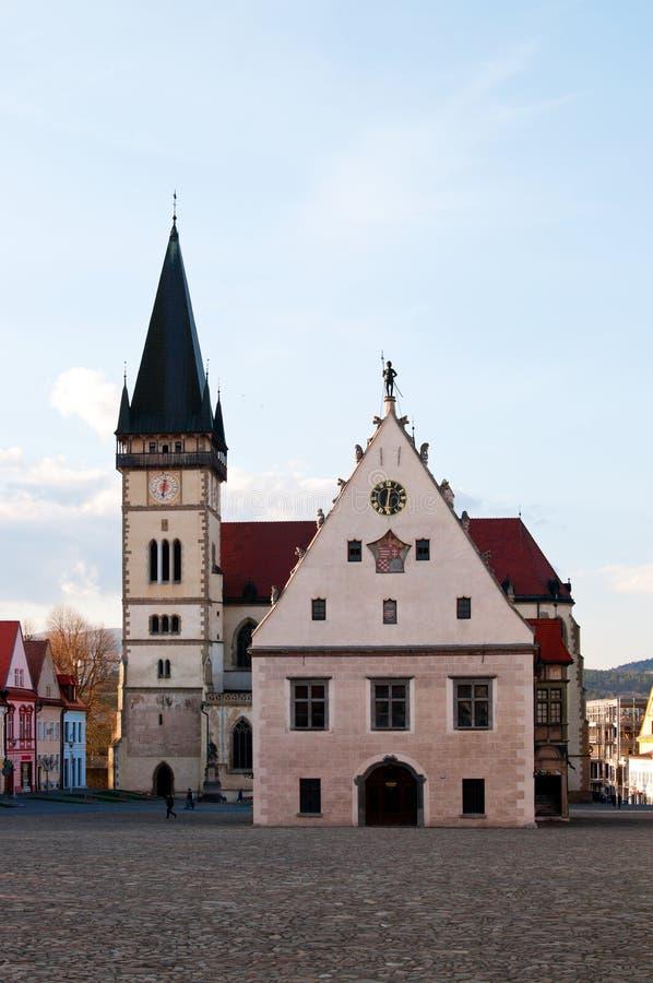 Ayuntamiento e iglesia en Bardejov, Eslovaquia fotografía de archivo