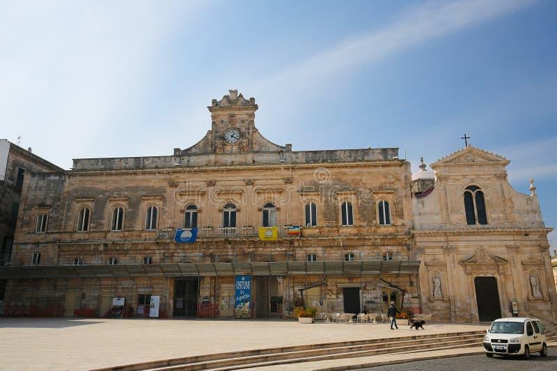 Ayuntamiento en el centro de la ciudad histórica Ostuni, Puglia, AIE foto de archivo