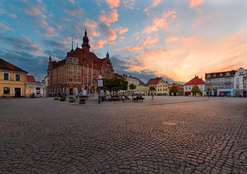 Ayuntamiento en el cuadrado central de Tarnowskie sangriento foto de archivo