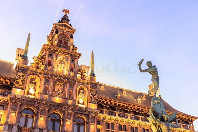Ayuntamiento en la gran plaza del mercado de Amberes fotos de archivo libres de regalías