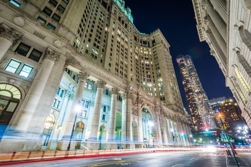 Ayuntamiento en la noche, en Lower Manhattan, New York City imagen de archivo libre de regalías