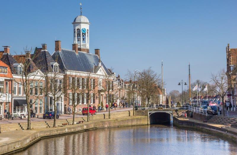 Ayuntamiento en un canal en Dokkum histórico fotos de archivo