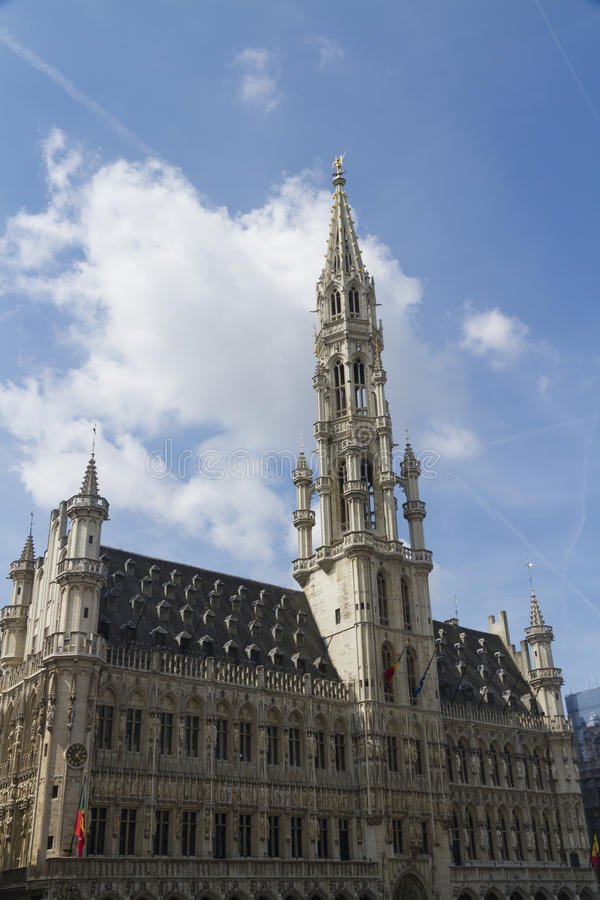 Ayuntamiento, Grand Place, Bélgica Bruselas Nubes y cielo azul fotos de archivo