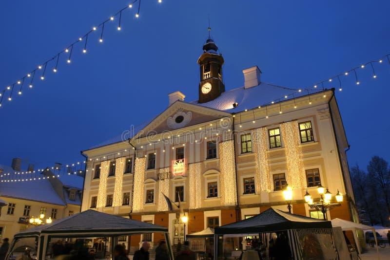 Ayuntamiento iluminado de Tartu foto de archivo