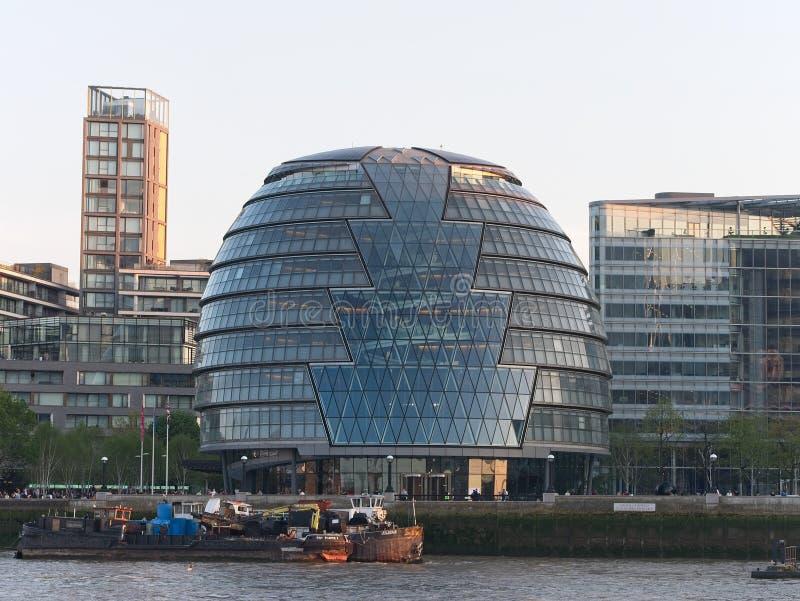 Ayuntamiento Londres visto del banco del norte del r?o T?mesis foto de archivo