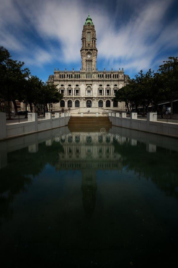 Ayuntamiento Oporto reflejó en el agua foto de archivo
