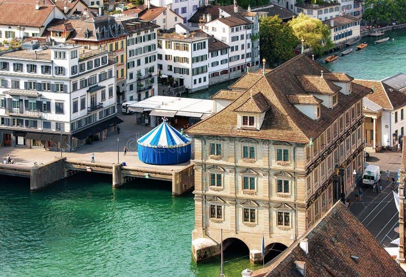 Ayuntamiento viejo y carrusel en Limmat Zurich Europa suiza imágenes de archivo libres de regalías