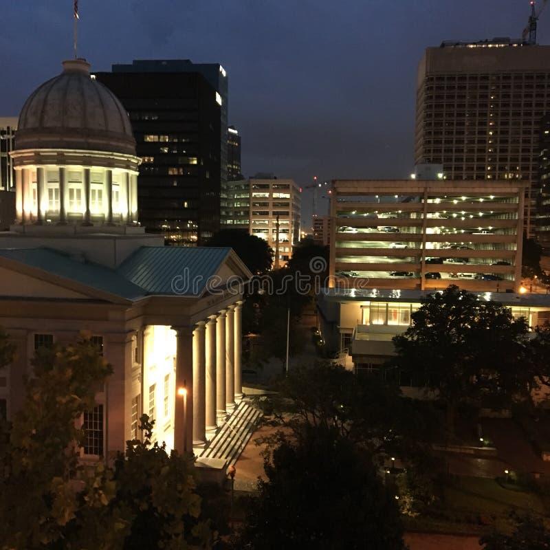 Ayuntamiento viejo y el horizonte de Norfolk Virginia imagenes de archivo