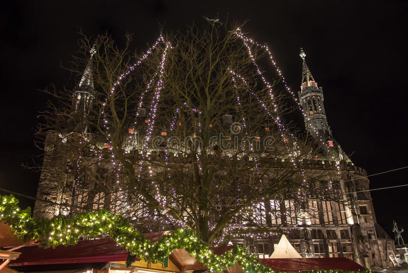 Ayuntamiento y decoración de la Navidad en Aquisgrán fotografía de archivo libre de regalías