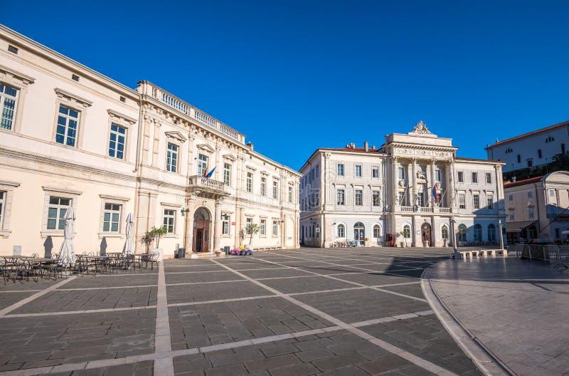 Ayuntamiento y edificios de biblioteca de la ciudad en el cuadrado de Tartini en Piran, fotografía de archivo libre de regalías