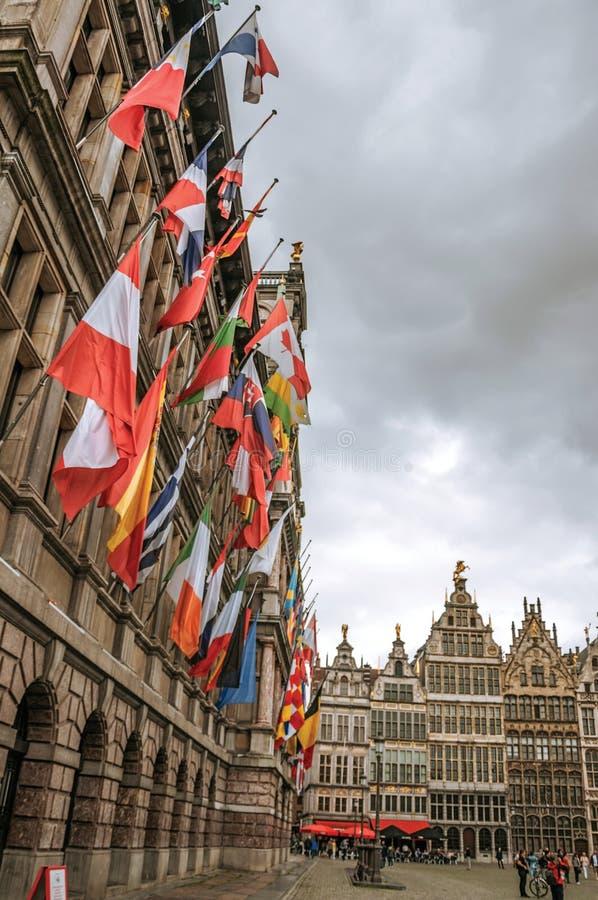 Ayuntamiento y edificios viejos en la plaza del mercado de Grote en Amberes foto de archivo libre de regalías