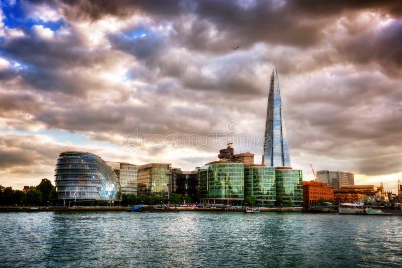 Ayuntamiento y el casco Londres, Inglaterra el Reino Unido El río Támesis en la puesta del sol imagen de archivo