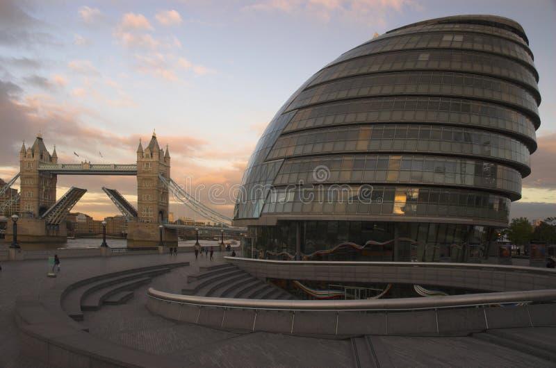 Ayuntamiento y puente Londres de la torre foto de archivo