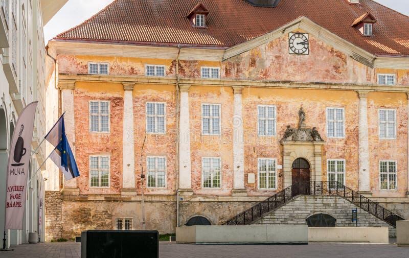 Ayuntamiento y universidad con un cuadrado y las banderas fotos de archivo libres de regalías