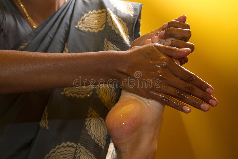 ayurvedic传统英尺印第安按摩的油 免版税库存图片