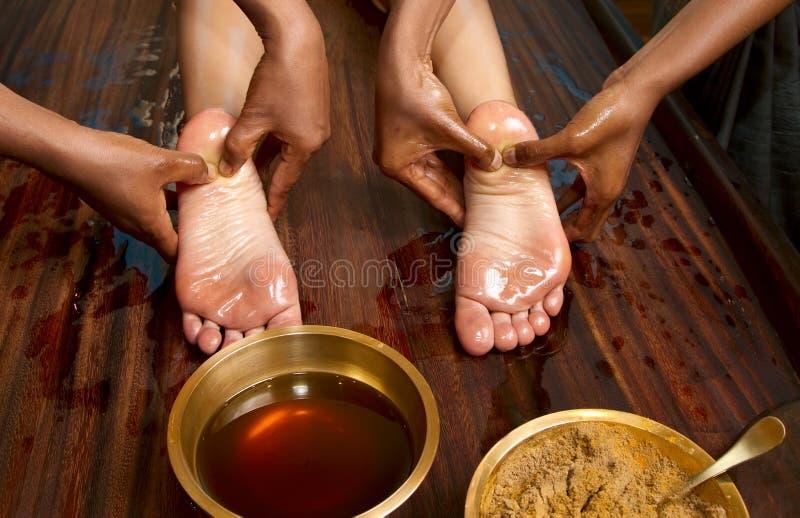 ayurvedic传统英尺印第安按摩的油 库存图片