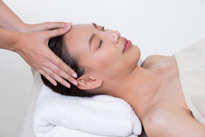 Ayurvedic头在面部前额的按摩疗法 库存照片