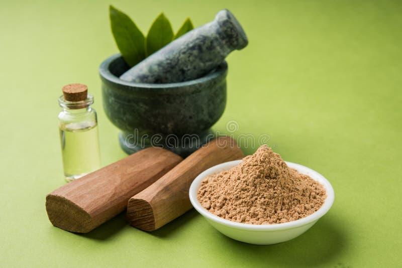 Ayurvedic sandałowów proszek, olej i pasta, obraz stock