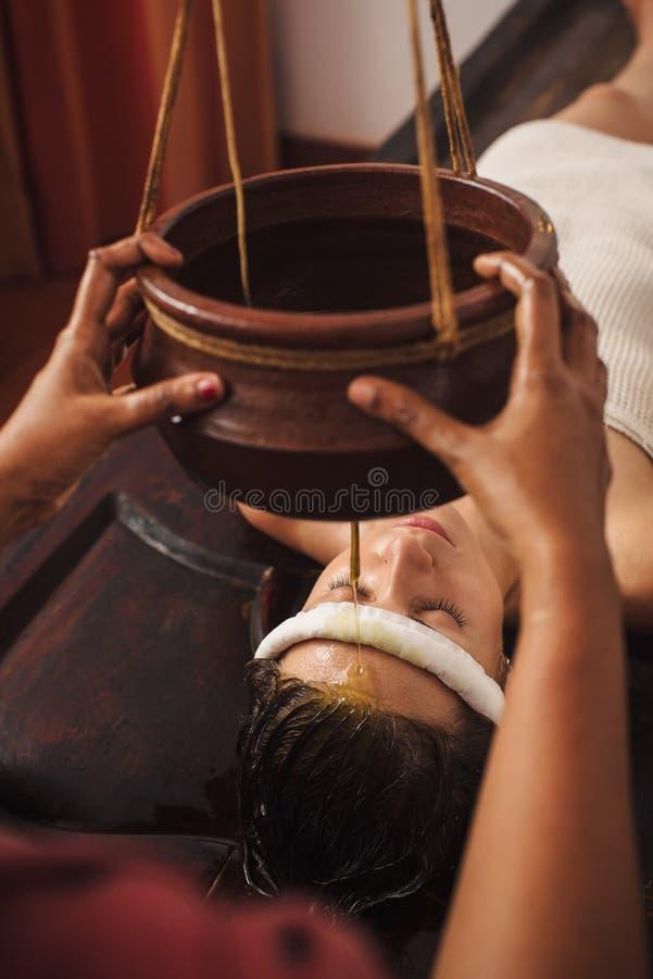 Ayurvedic shirodhara治疗在印度 库存照片