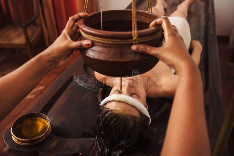 Ayurvedic shirodhara治疗在印度 免版税图库摄影