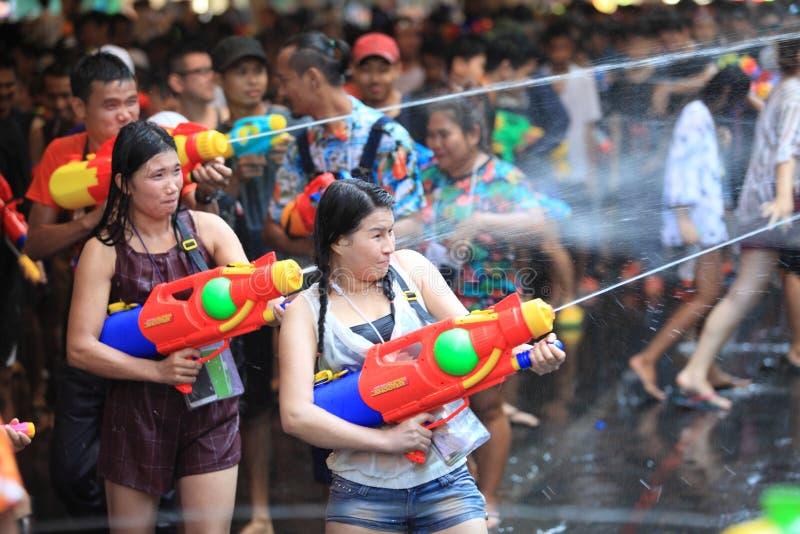 AYUTHAYA, TAILANDIA - 13 APRILE: Gioco delle ragazze che spruzza con la folla dentro fotografia stock libera da diritti