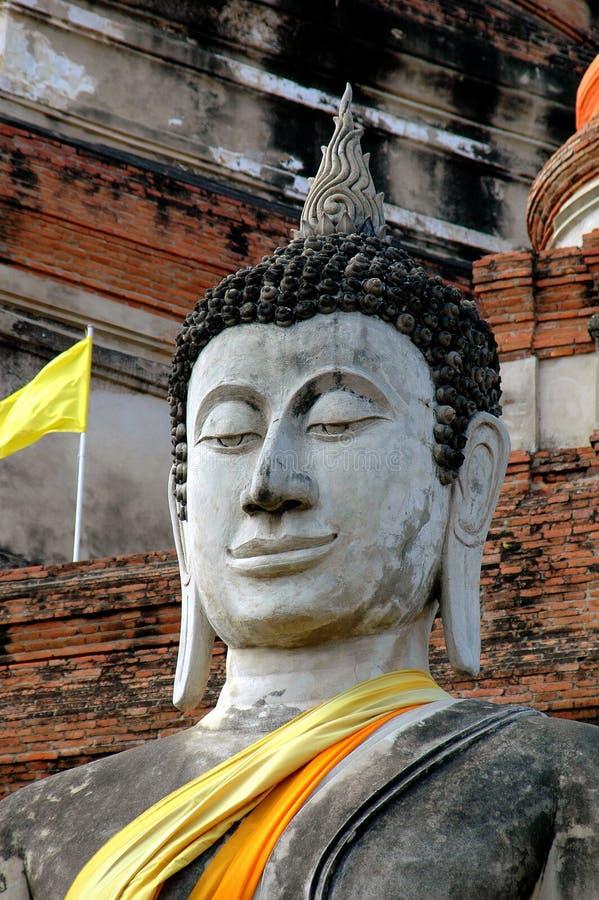 Ayuttahay Thailand: Buddhastaty på Wat Yai Chai Mongkon royaltyfria bilder