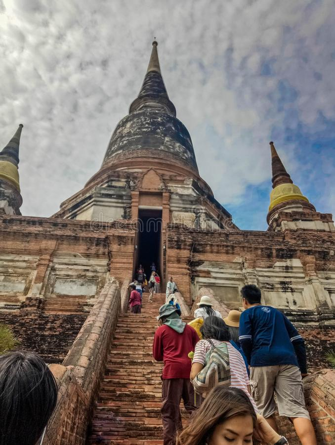 Ayutthaya, Таиланд - 30-ое июня 2017: Турист идет посетить Wat Yai Chaimongkol большой висок истории на Ayutthaya, Таиланде стоковые фотографии rf