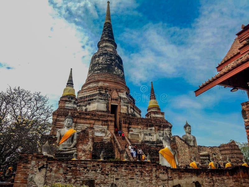 Ayutthaya, Таиланд - 30-ое июня 2017: Турист идет посетить Wat Yai Chaimongkol большой висок истории на Ayutthaya, Таиланде стоковые изображения