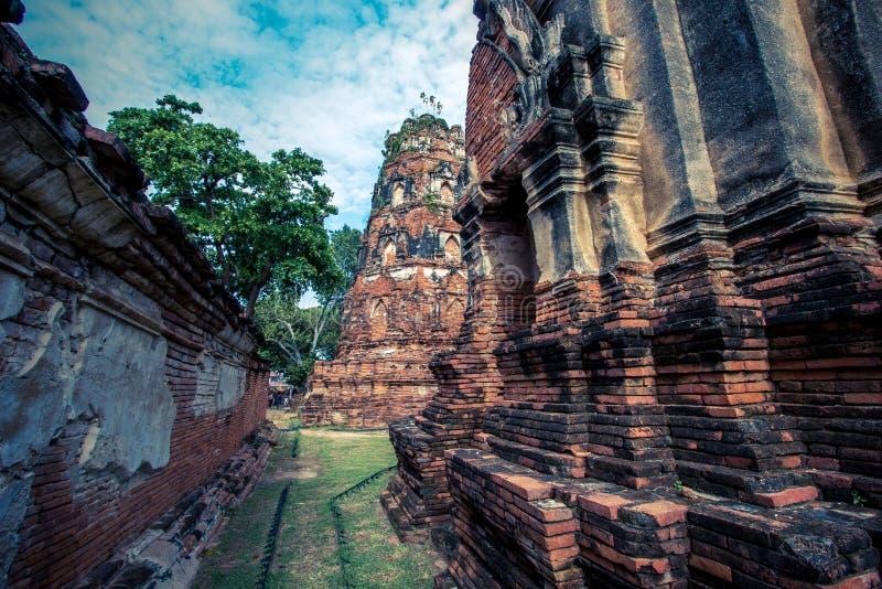 Ayutthaya prowincja, Tajlandia na Sierpień 21,2018: Antyczny styl rozwala i stary ściana z cegieł na dziejowej wyspie Wat Mahath zdjęcie royalty free